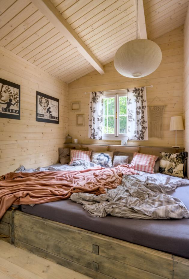 Postel v ložnici, sahající ode zdi ke zdi, se občas mění i v trampolínu, na níž skotačí malý Mikuláš a ještě menší Andělka