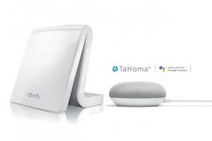 Systém komplexní automatizace TaHoma společnosti Somfy je kompatibilní se službami hlasových asistentů Google Assistant a Amazon Alexa. Jejich prostřednictvím můžeme hlasem ovládat zařízení zapojená do aplikace TaHoma, jen je třeba je předem pojmenovat