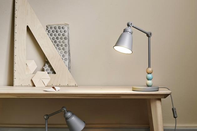 dětská stolní LED lampa v kombinaci materiálů plast / ocel / masivní bříza, cena 899Kč, dále dětská stolní LED lampa s textilním stínidlem, cena 749Kč, www.ikea.cz