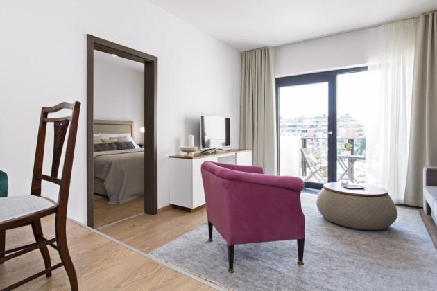 Prostor bytu zvětšuje velké francouzské okno s výstupem na balkon