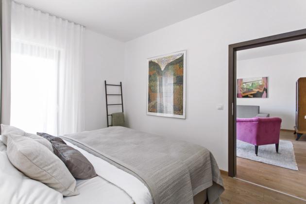 Komfort zaručuje manželům vysoká postel, již si nechalo studio Ambience Design přivézt z Anglie