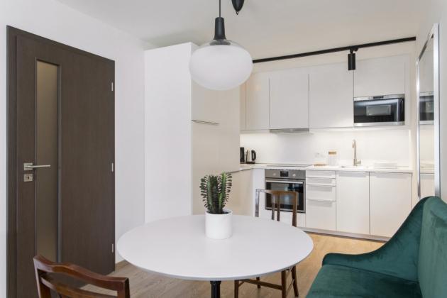 Bílé nábytkové vybavení z IKEA vytváří neutrální podklad, díky kterému mohou ještě více vyniknout solitérní kusy. Právě ty mají největší podíl na atmosféře bytu. Bílá moderní kuchyň z IKEA příjemně odlehčuje interiér vybavený bazarovými kousky nábytku