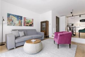 Jediným skutečným kubistickým kouskem nábytku je skleník, který designérka vkusně doplnila moderním i repasovaným starožitným nábytkem