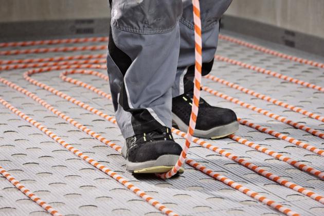 Základem teplovodního podlahového topení je kvalitní a extrémně odolné potrubí, www.rehau.cz