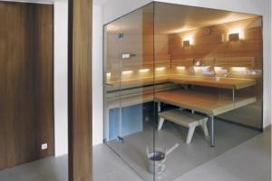 Zakázková prosklená sauna projektovaná podle přání investora do podkroví rodinného domu, www.aquamarinespa.cz