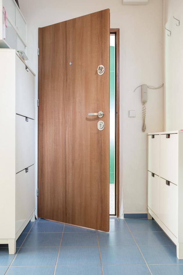 Hluk samozřejmě můžete vyřešit sluchátky, ale mnohem praktičtějším řešením je výměna starých dveří za protihlukové vchodové dveře. Opět tu máme dvě výhody. Nejenže se zbavíte otravných zvuků z chodby bytového domu, ale zároveň si dopřejete jistotu a klid, které vám bezpečnostní dveře přinesou.