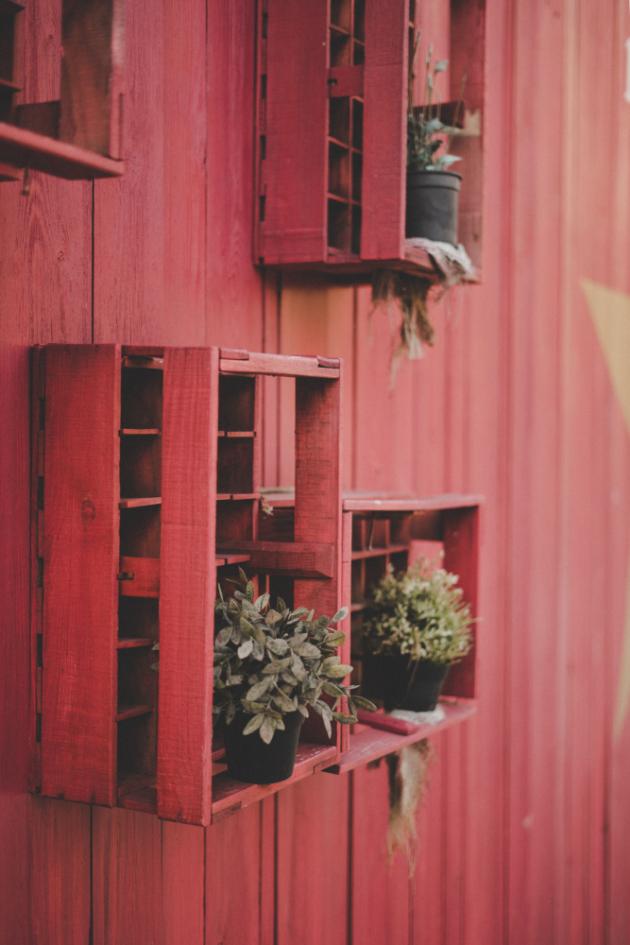 Nejen sociální sítě, ale také lifestylové magazíny jsou v dnešní době zahlceny nádhernými fotkami balkony, se kterými si jejich majitelé opravdu vyhráli. Můžeme potvrdit, že zkrášlení balkonu přináší radost hned dvakrát. Nejprve při samotném plánování a rozmisťování jednotlivých prvků, podruhé při samotném odpočinku ve vaší stylové oáze klidu.