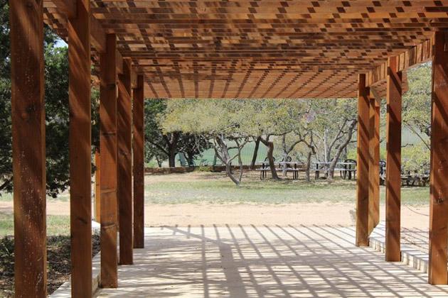 Rádi byste si na zahradě postavili místo pro odpočinek, posezení s přáteli nebo s rodinou? Ideálním řešením je hliníková pergola. V létě poskytne úkryt před sluncem, ale i prostor pro grilování nebo večerní romantiku. Jak je to ale se stavebním povolením? (Zdroj: Pxhere.com)