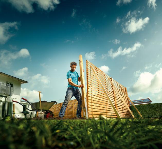 Plot je užitečný pomocník, pokud se chcete chránit před nežádoucími pohledy kolemjdoucích, nápory větru nebo pokud chcete udržet psy na vašem pozemku. Poradíme vám, jak postupovat při výběru a výstavbě plotu, aby vydržel co nejdéle.