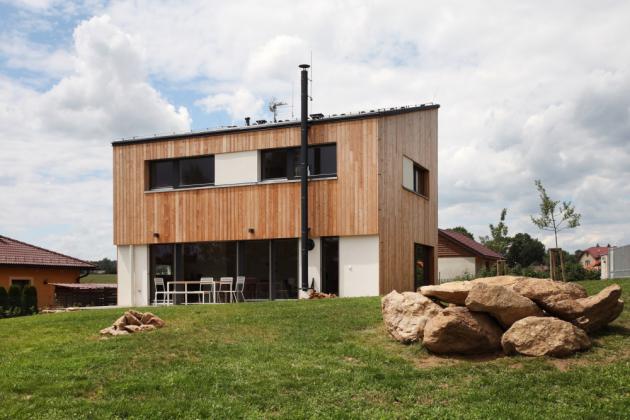 Dřevostavba na míru s názvem Neo je nízkoenergetická patrová budova v moderním obdélníkovém tvaru s pultovou střechou. (Fotografie: Lina Németh)