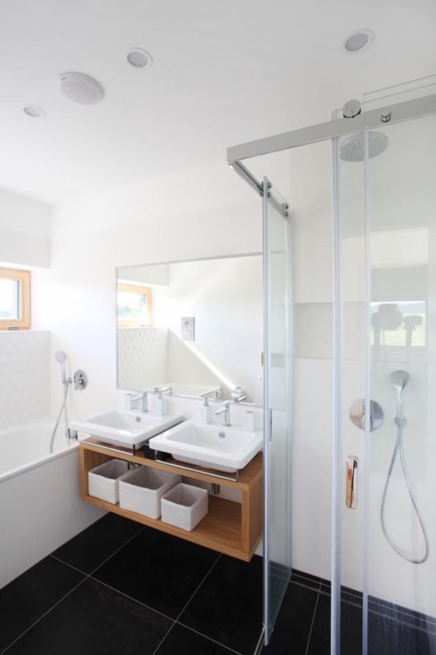Vrchní patro je projektováno jako klidová zóna s třemi komfortními pokoji. Každé podlaží má vlastní sociální zařízení s koupelnou. (Fotografie: Lina Németh)