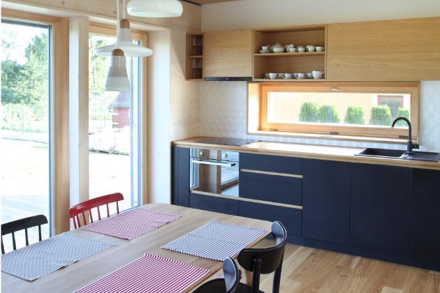 Přízemí je koncipováno jako společenská část a najdeme zde obývací pokoj s kuchyní jídelnou a pracovnou (Fotografie: Lina Németh)