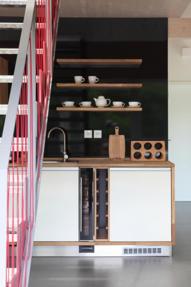 Dům je vybavený vším, co byste mohli potřebovat. V hlavní obytné místnosti najdete prostornou a plně vybavenou kuchyni (včetně varné desky, trouby, mikrovlnky, myčky, kávovaru, topinkovače a veškerého potřebného nádobí). (Fotografie: Lina Németh)