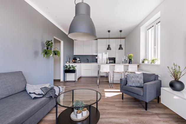 Původně majitelé uvažovali o podlaze s dekorem betonu, nakonec se ale rozhodli pro dřevo, které šedobíle laděný interiér příjemně zatepluje