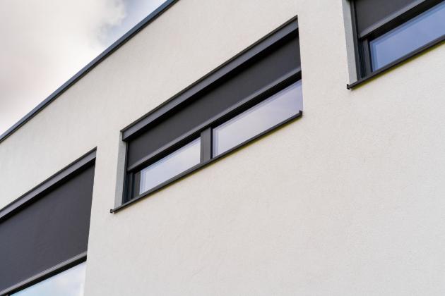 Ochladit přehřátý interiér pomocí standardní klimatizace není ani nejekonomičtější ani nejjednodušší varianta, kterou mohou obyvatelé domu nebo bytu využít. A to už vůbec nemluvě o zdravotním hledisku chlazeného vzduchu proudícího uzavřeným prostorem. Přirozené ochlazení zajistí venkovní stínění, které zamezí přehřátí oken a tím i interiéru.