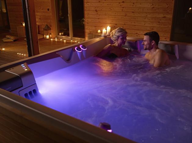 Luxus vířivé koupele si každý den nejlépe vychutnáte, pokud budete věnovat pozornost výběru. Ty nejlepší vířivky vytváří prostředí pro intimní relaxaci ve dvou nebo naopak poskytují dostatek prostoru pro zábavu s přáteli a rodinou. Sofistikovaný design luxusních vířivek navíc respektuje ergonomii, díky níž pro vás bude zajištěno maximální pohodlí během relaxace. Druhý den se pak můžete těšit na to, že se budete cítit jako znovuzrození.
