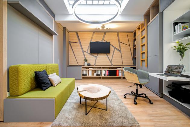 Malý byt vyžaduje především pečlivě rozplánované prostorové řešení s vhodným, a především multifunkčním vybavením, jako je nábytek a úložné prostory. Důležitou roli hraje také použití materiálu barev a doplňků, které mohou prostor opticky zvětšit.