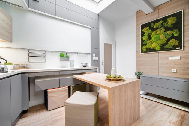 Nábytek byl vyráběn na míru ve spolupráci s českým výrobcem zakázkového nábytku Dřevodílo Rousínov. Díky manželské sklopné posteli, sklopné patrové posteli a vyklápěcímu stolu a dalším vysouvacím a vyklápěcím prvkům se stal prostor maximálně využitelným.