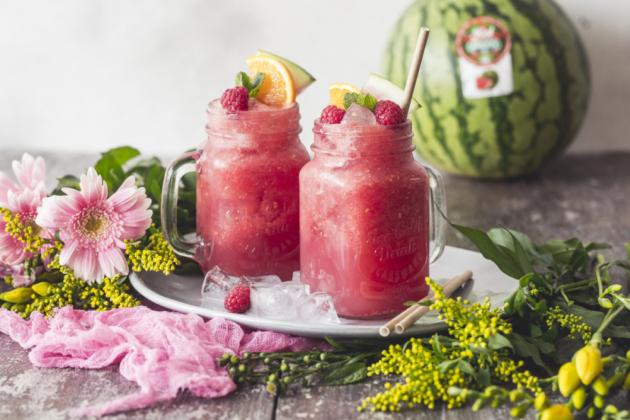 Meloun a horké počasí patří neodmyslitelně k sobě. Toto oblíbené ovoce totiž dokáže zchladit, osvěžit, hydratovat a dodat spoustu cenných minerálů, vitamínů a antioxidantů.