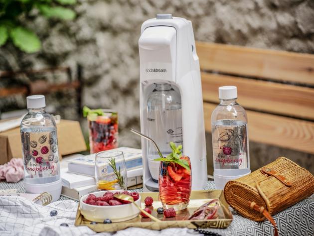 Edice obsahuje nejprodávanější typ výrobníku SodaStream pro přípravu domácí perlivé vody s názvem Jet White