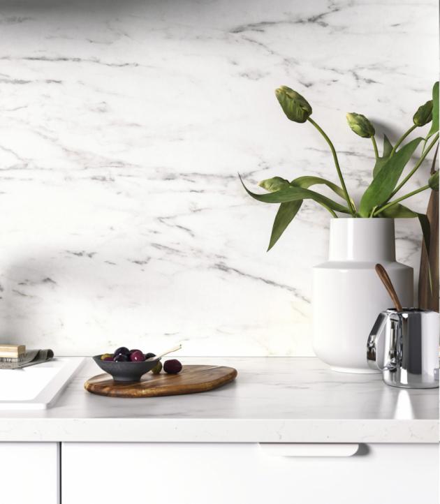 Laminátová pracovní deska Ekbacken (IKEA), dekor bílý mramor, tloušťka 2,2 cm, cena za 186 × 63,5 cm 999 Kč, www.ikea.cz