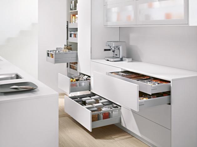 Kuchyňská sestava Sapho je vybavená mechanismy a systémy BlumBox (Blum) s přehlednými organizéry, které usnadňují ukládání, www.blum.cz