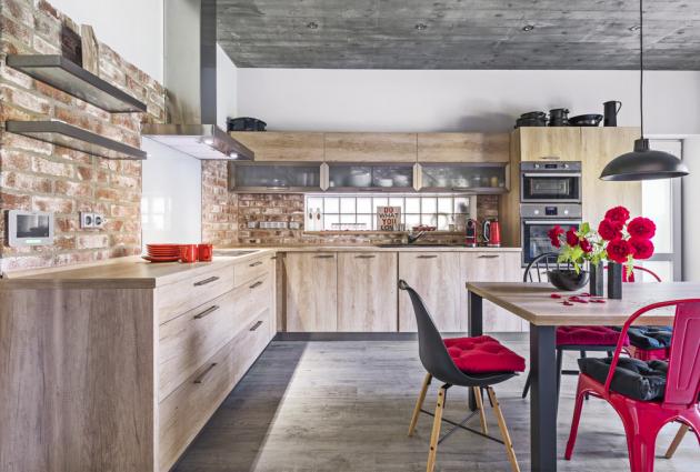 Kuchyňskou sestavu z lamina v dekoru dřeva vyrobil podle majitelčina návrhu truhlář Miroslav Koubek