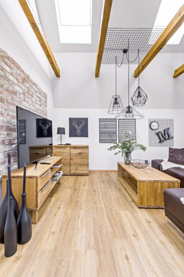 Odhalené trámy a cihlová zeď dodávají pokoji velmi příjemnou domáckou atmosféru