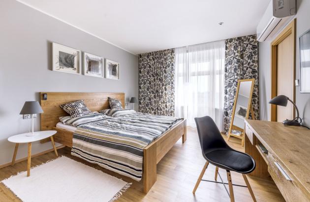 Nábytek do ložnice je stejně jako kuchyň vyráběný truhlářem na zakázku. U ložnice je přilehlá i prostorná šatna