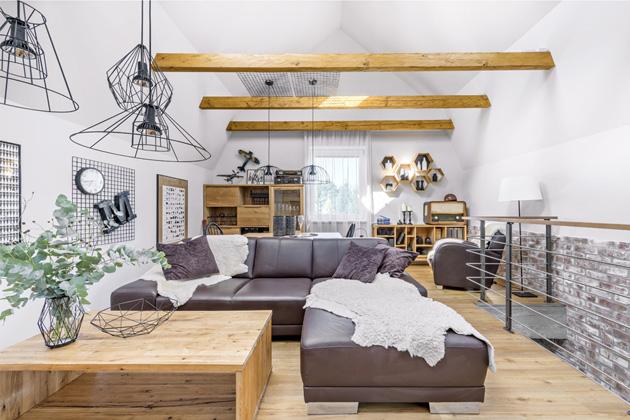 V podkroví domu vznikla prostorná a světlá galerie, kam majitelé umístili obývací pokoj