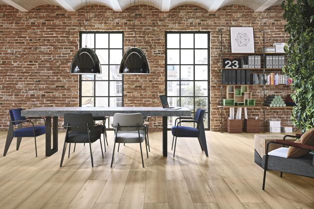 Ekologická podlaha PURLINE 1500 (Wineo) z kolekce Wood XL, dekor Dub Queen's Amber, cena 1 260 Kč/m2, www.kpp.cz