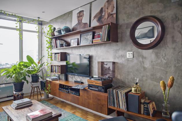 Staré darované věci a památky z cest jsou nosnou a vkusnou linkou celého retro bytu s moderními prvky