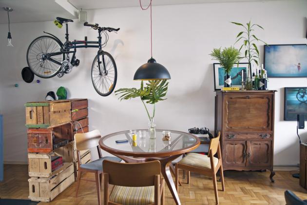 Starobylá kredenc je památkou na Andrého dědečka. Využívá se jako barový stolek. Stěna vyskládaná ze starých bedýnek odcloňuje vstupní chodbu od obytné části bytu