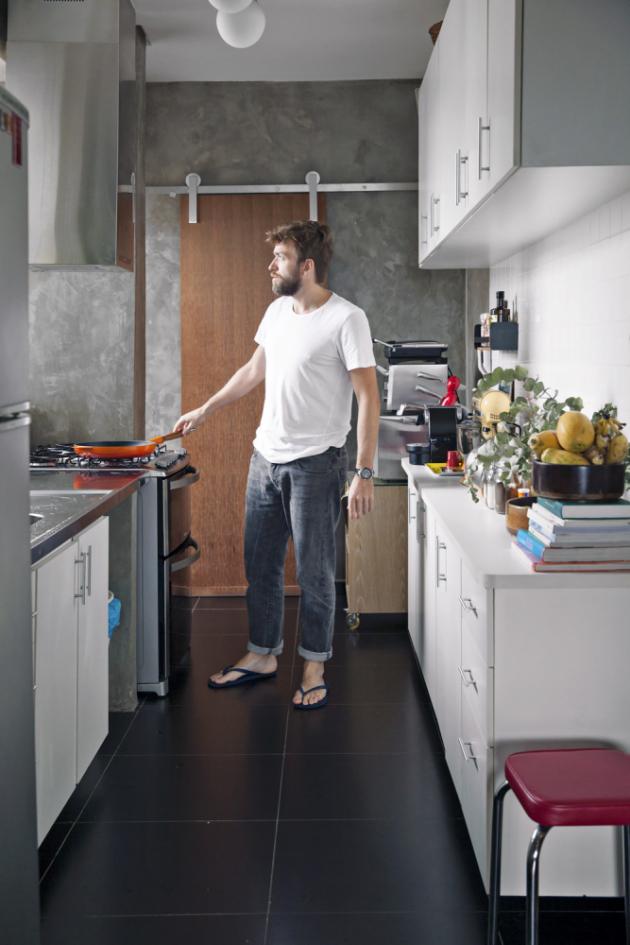 Fotograf se v kuchyni vyžívá u vaření, které mu zpestřují úchvatné výhledy z velkých oken