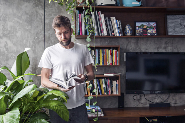 Deštivé počasí decentně podmalovalo atmosféru bytu v činžovním domě v Sao Paulu, kde se na čas zabydlel fotograf a cestovatel André Klotz.