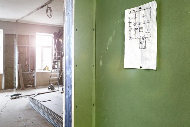 Při stavbě domu se nejvíce řeší volba stavebního systému pro obvodový plášť, ale pak přichází na řadu otázka stejně důležitá: jakým způsobem a z čeho zhotovit příčky.