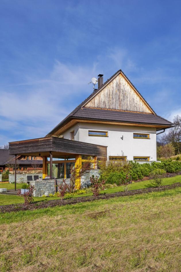 Z této strany bylo záměrem architekta, aby dům co nejvíc zapadl do tradičního stavebního pojetí obvyklého v této podhorské lokalitě. A to se mu podle nás podařilo na výbornou