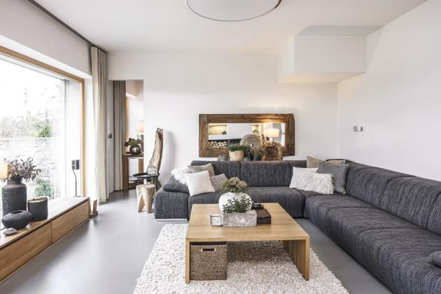 Každý doplněk interiéru vybírala paní domu s láskou i pečlivostí. Výsledkem je velmi příjemné prostředí, které ve spojení s okolní krajinou zvyšuje exkluzivitu domu