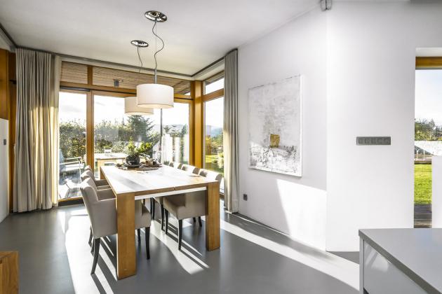 Před základní hmotu domu architekt důmyslně předsunul jídelnu, což umožnilo otevřít pohled do exteriéru hned ze dvou stran