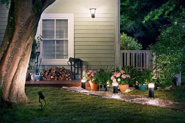 Kolekce inteligentního venkovního osvětlení Hue Outdoor (Philips), k dostání ve variantě Hue White Ambiance, která vytvoří jakoukoliv atmosféru od teplého bílého až po chladné denní světlo, nebo ve variantě Hue White and Color Ambiance, disponující 16 miliony barev, www.lighting.philips.cz