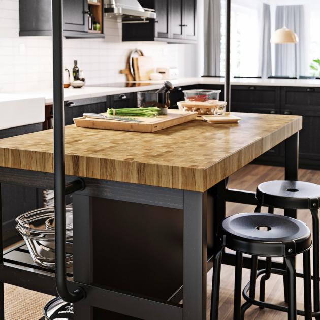 Dřevo Dřevěné pracovní desky jsou příjemné na pohled i na omak. Při ohleduplném zacházení a správné pravidelné údržbě jsou stále funkční a lety získávají dokonce na kráse
