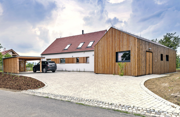 EXTERIÉR Od počátku záměru majitelé věděli, že by mělo jít o dva domy vesnického charakteru, které by dokonale zapadly do místního prostředí, s přímým vstupem do přírody, na trávu a bez schodů