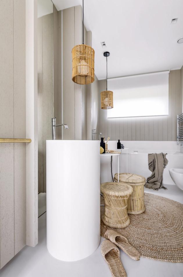 KOUPELNY Podlahy koupelen kryje světlá stěrka. Nábytek je zhotovený na míru z tónované dubové dýhy. Vybavené jsou umyvadly a bateriemi Antonio Lupi