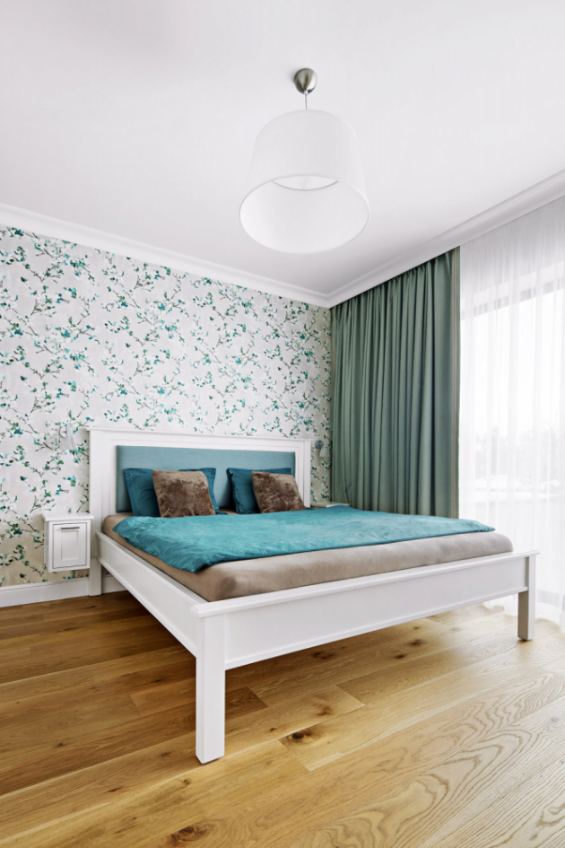 LOŽNICE Uklidňující modré odstíny jsou v hojné míře zastoupené i v ložnici. Tapeta za postelí od Inspire Decor dává prostoru další zajímavý rozměr
