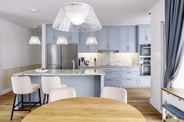 KUCHYŇ Kuchyň na zakázku byla navrhovaná pro ženu, která ráda a hodně vaří, a k tomu potřebuje prostor a moderní vybavení