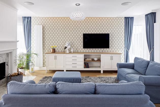 OBÝVACÍ PROSTOR Odpočinkovou zónu v obytné části přízemí vyplňuje nově čalouněná sedačka z IKEA a na zakázku zhotovená sestava pod televizí. Prostor hezky ohraničuje tapeta od Inspire Decor