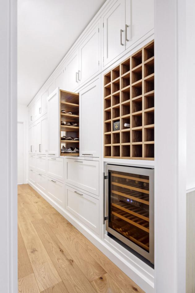 CHODBA V chodbě u kuchyně jsou další vestavěné úložné prostory, které mimo jiné nabízejí i výsuvný botník a vinotéku