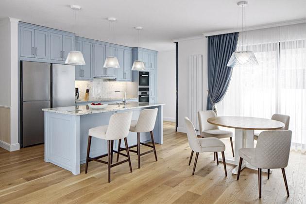 Z majitelů domu byla designérka Ivana Šustrová nadšená. S nimi zažila přímo snovou spolupráci a také ji potěšilo, že si v novém domě ve tvaru moderní kostky zvolili klasický styl.