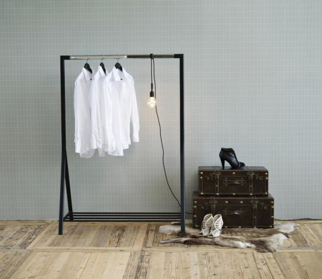 Stojan na oblečení Brent (Actona) v provedení černě lakovaný kov, 165 × 117cm, cena 1 670 Kč, www.nabytek-aldo.cz