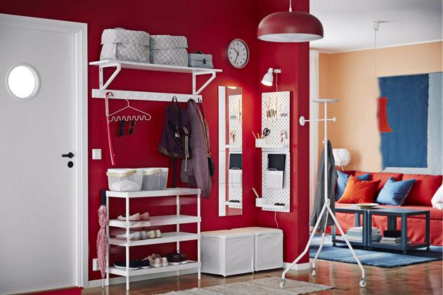 Botník Mackpär (IKEA), cena 599 Kč, podnožka Bosnäs (IKEA) s úložným prostorem, cena 299 Kč, nástěnka Skådis (IKEA), cena 474 Kč, www.ikea.cz